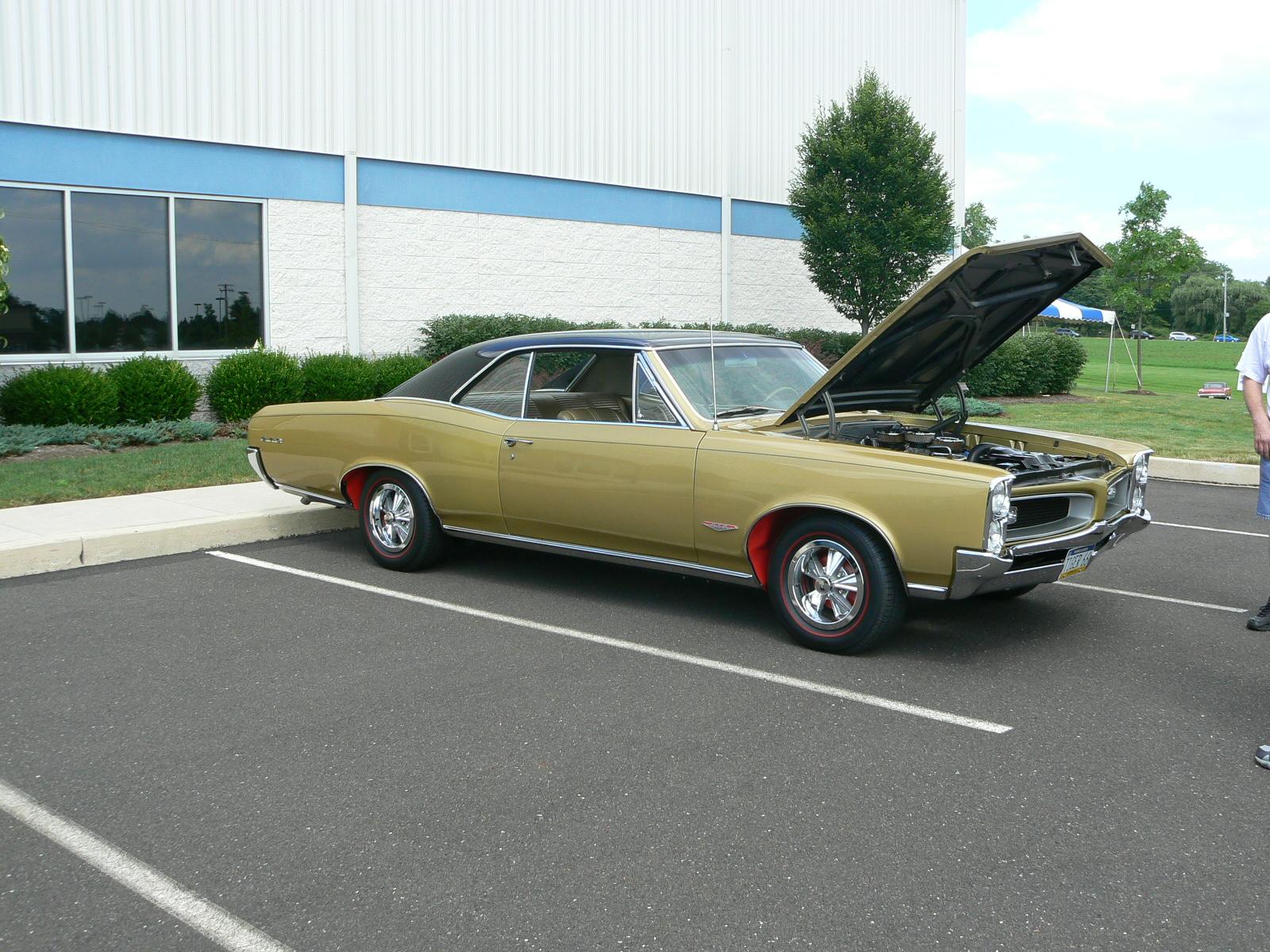 Pontiac's in Pontiac-p1030390.jpg