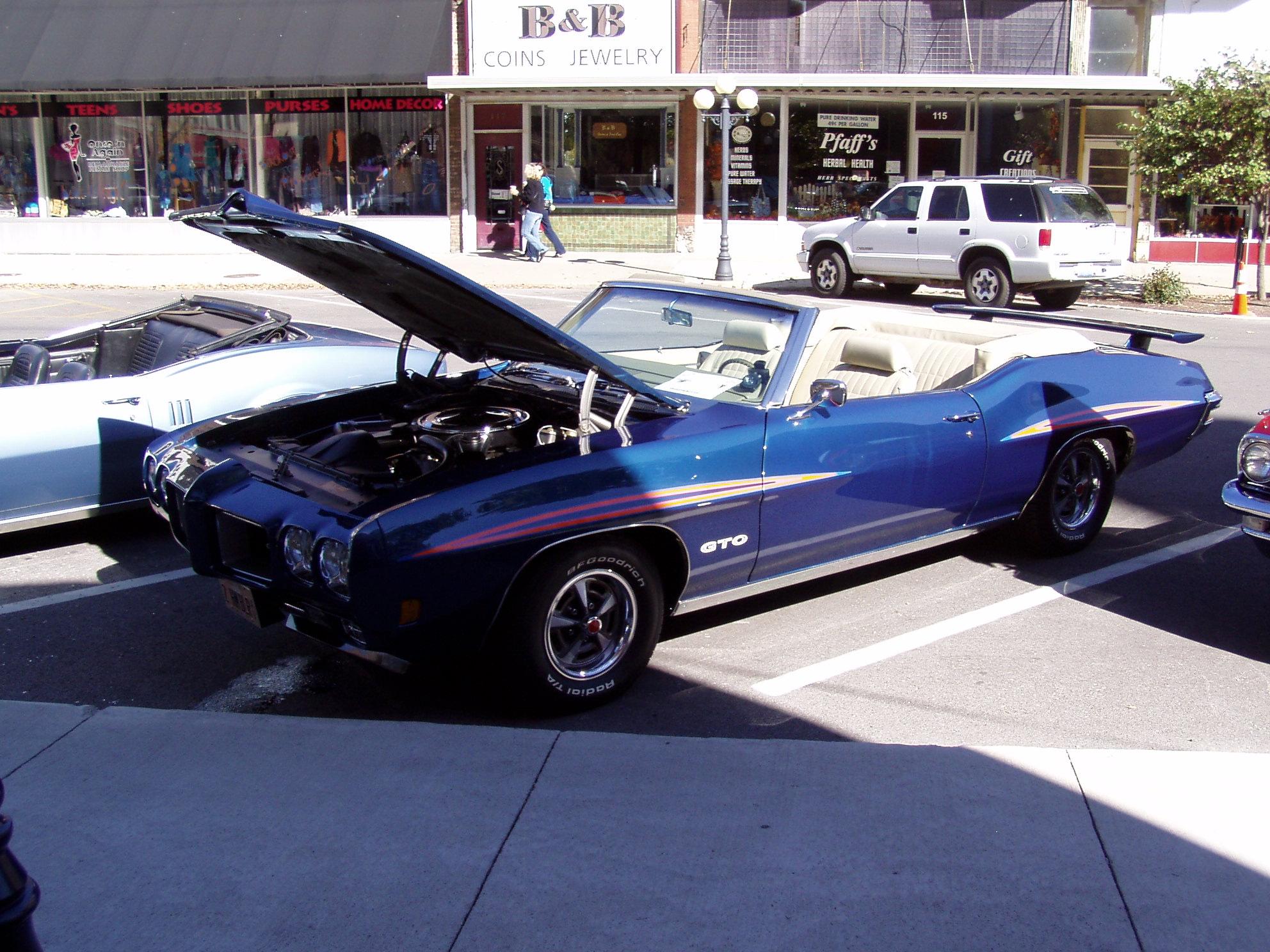 Pontiac's in Pontiac-pontiacs-008.jpg